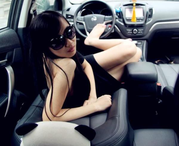 媳妇当车模: 走近墨镜美女假期生活