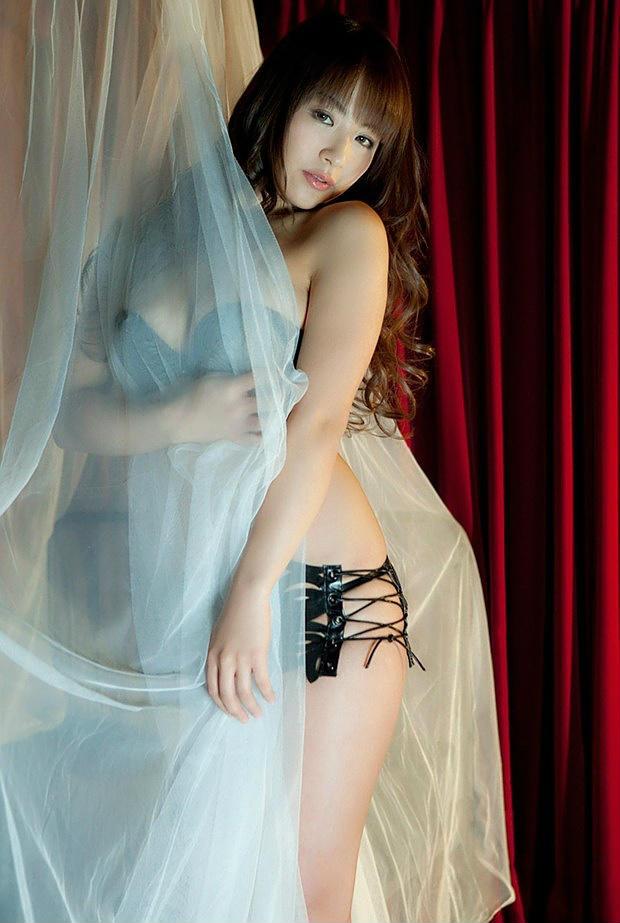 美女透明衬衫下黑色性感