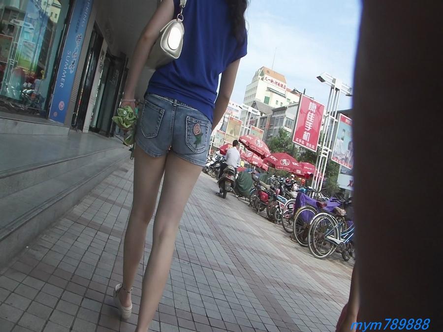 视频下载 逛街的热裤美女身材很棒