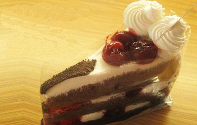 黑森林蛋糕切块图片