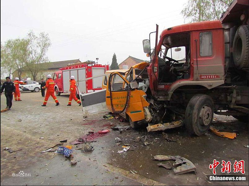 """甘肃省正宁县""""小博士""""幼儿园校车被撞现场"""