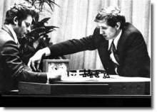 1972年斯帕斯基(左)与菲舍尔比赛
