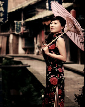 油纸伞是旗袍重要配饰