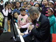刘诗昆先生辅导孩子演奏钢琴