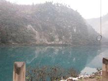 前山路上漂亮的蓝色湖
