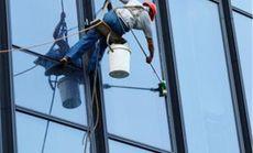 保洁公司擦玻璃