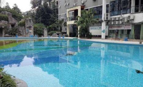 罗兰小镇游泳池
