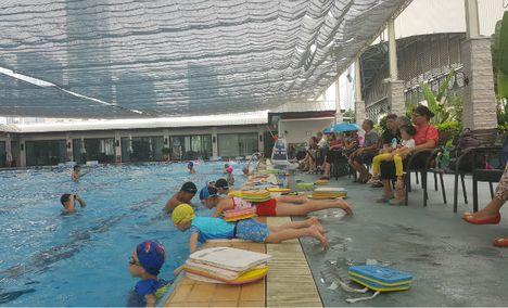 中侨会体育主题餐厅游泳