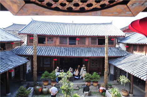 飞翘的屋檐,房顶的瓦猫,青灰色的瓦片,深褐色的木头,以及一扇扇中式的图片