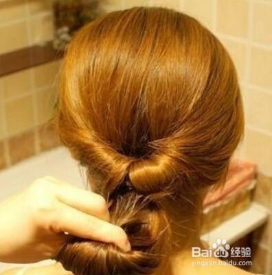 第四步:然后将拉好后的头发的发尾,向上卷图片
