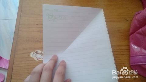 信纸一般都是长方形的,抓住上面一角,向另一角折去,对齐,形成一个双面图片