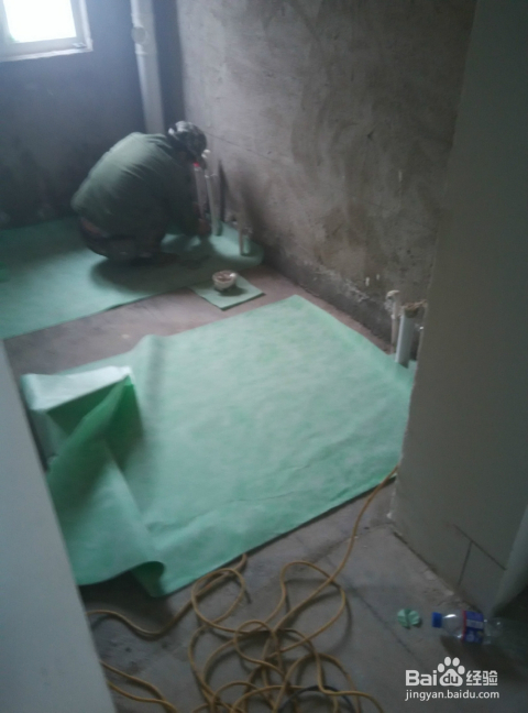 把防水布放入洗手间,全部把洗手间地面盖过来进行裁剪.