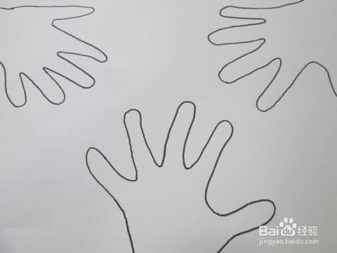 用勾线笔沿着铅笔勾才轮廓勾线,边勾边修饰.画三只手掌就可以了.图片