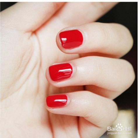 对于指甲短的美女涂抹红色指甲油的时候