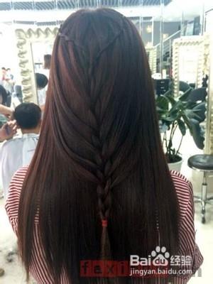 很适合长直发妹纸的一款清新的编发发型,挑染棕色的直发编细细的发辫图片
