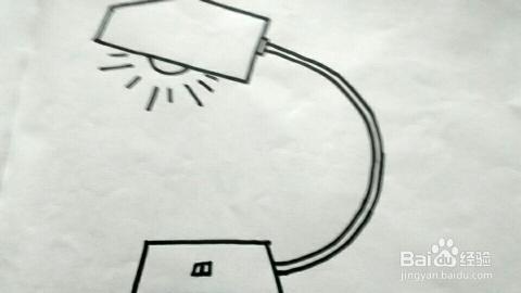 在以灯泡为中心的放射状直线的周围再加几条稍微短一点的直线,使灯泡图片