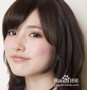 瘦脸指数:★★★★★  斜刘海搭配中长碎发,发型通过多梯度修剪营造出图片