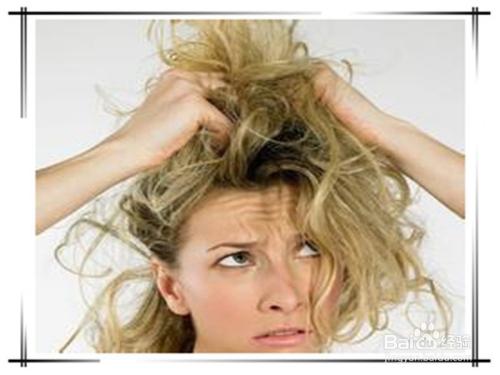 如果头发发梢打结了,可以用一只手抓住一端,别一只手梳理顺,还有就是图片