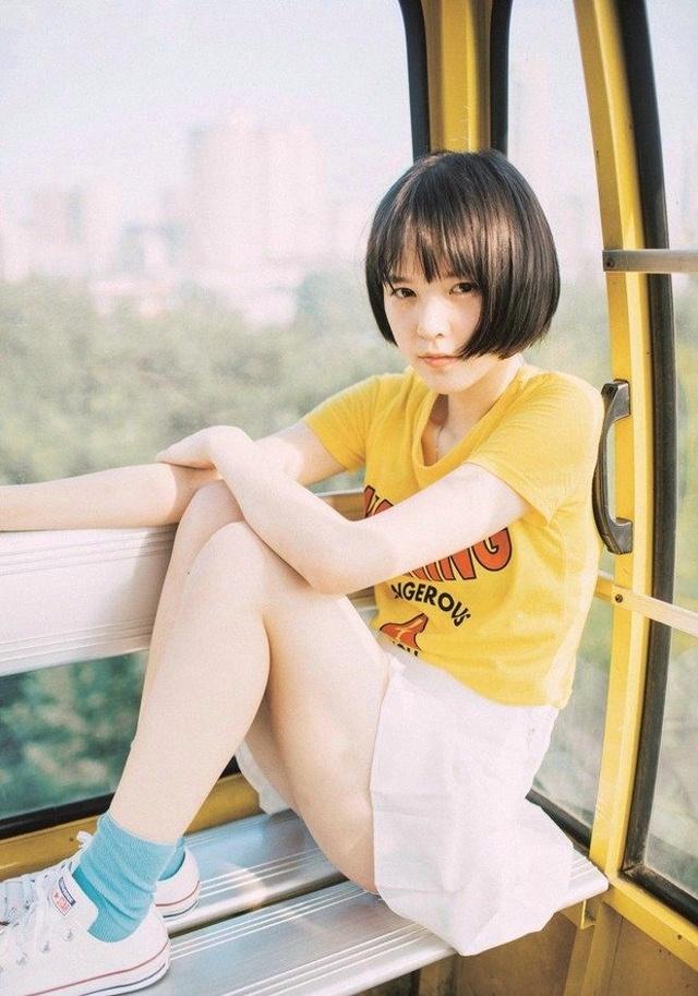 青春洋溢阳光清纯齐耳短发美丽女生 俏皮户外唯美可爱表情包图片