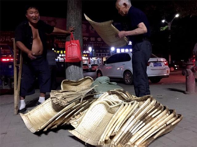 残疾老人出门卖簸箕却流落街头!图片