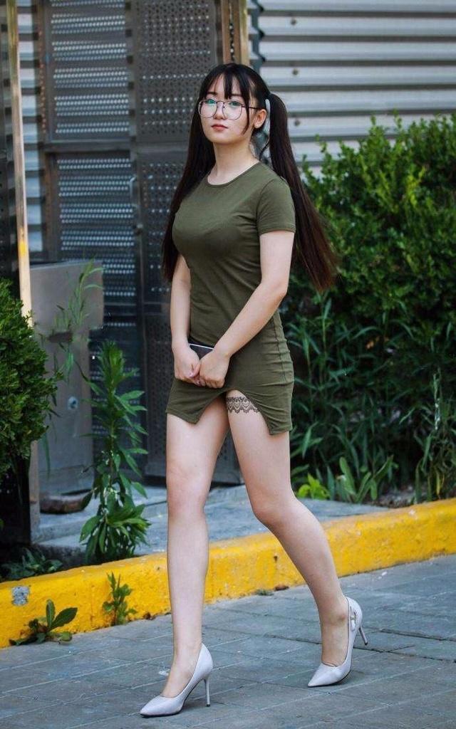 路人街拍:偶遇一位身材犯规的包臀眼睛少女 大腿的纹身惊艳图片