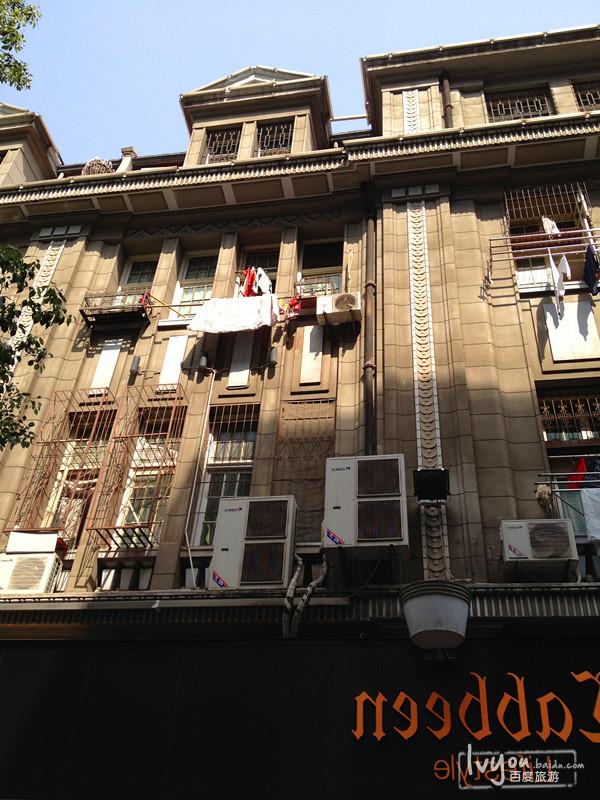 可能前两分钟还是老武汉的旧建筑,抬头就看到了现代感十足的高楼大厦图片
