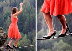 美国女子穿高跟鞋高空走钢丝
