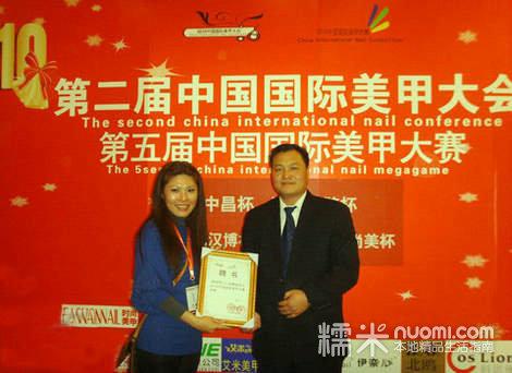 欧总监曽参加过无数次国际美甲比赛并获得多项冠军奖杯,现并兼任台湾图片