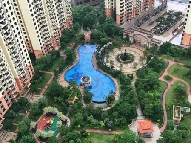 名巨中央游泳池