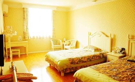 锦绣云台温泉山庄大床房!精巧装修,环境舒适,设施齐全,拥抱温馨,舒适入眠!