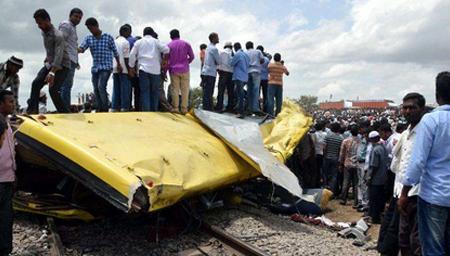 校车与货车相撞 至少22人死亡50人受伤