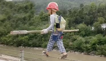 7岁男孩堤边走钢丝