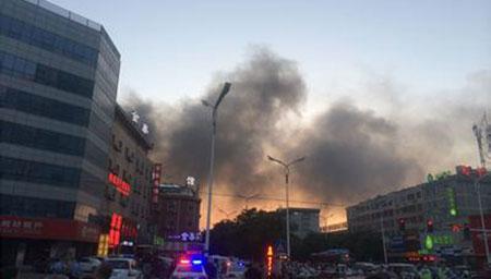 潍坊一灯具城附近发生大火 浓烟高约数十米