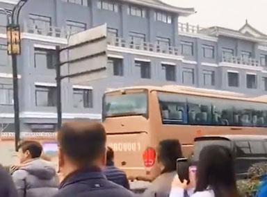河南医疗队驰援武汉 丈夫送妻失声掩面