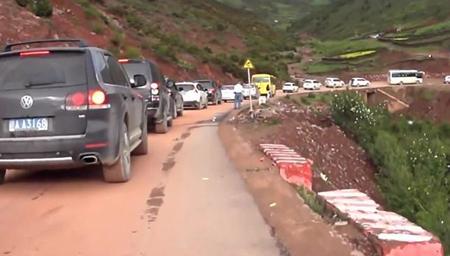 实拍318国道西藏段 看看自驾去西藏都是开什么车?