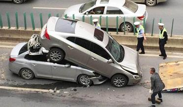 离奇车祸 两轿车上演车骑车