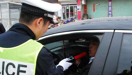尴尬!三醉酒男挑衅民警:我要亲你违法吗?