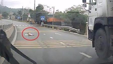 公路上竟有婴儿在爬行