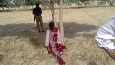 实拍女子爬树寻短 体力不支当场坠亡