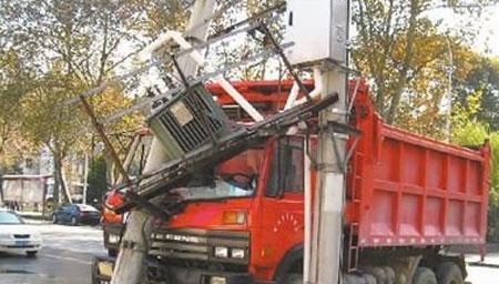 卡车失控撞上电线杆