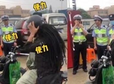 男子不戴头盔骑车上路