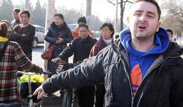 老外北京街头撞倒女孩