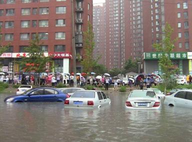 """北京大暴雨街道成河车辆""""水中游"""""""