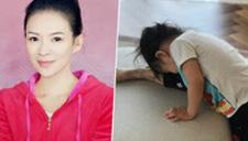 章子怡教醒醒练习压腿