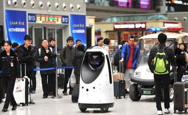 """""""机器人警长""""首次亮相高铁站"""