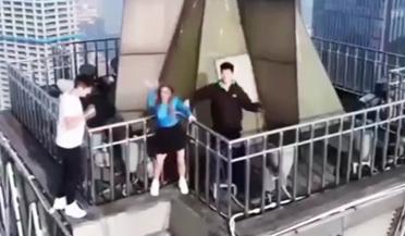 """""""蜘蛛侠""""爬上200多米高建筑楼顶跳舞"""