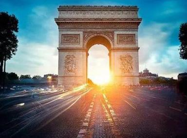 凯旋门为法国的英雄们点亮