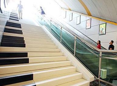 用脚弹奏!广州塔地铁楼梯变钢琴