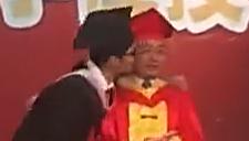 男班长毕业典礼强吻校长