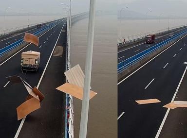 惊险!高速上货车拉的木板突然散落